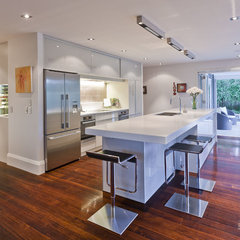 modern kitchen by Natalie Du Bois