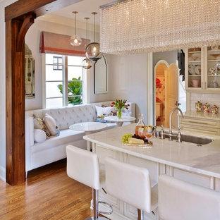 オーランドの小さいエクレクティックスタイルのおしゃれなキッチン (白いキッチンパネル、シングルシンク、レイズドパネル扉のキャビネット、ヴィンテージ仕上げキャビネット、大理石カウンター、磁器タイルのキッチンパネル、シルバーの調理設備の、無垢フローリング) の写真