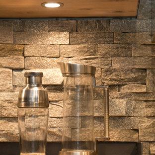 オーランドの大きいインダストリアルスタイルのおしゃれなキッチン (シェーカースタイル扉のキャビネット、中間色木目調キャビネット、クオーツストーンカウンター、ベージュキッチンパネル、石タイルのキッチンパネル、シルバーの調理設備の、リノリウムの床) の写真