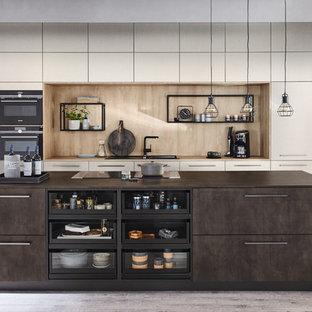 シアトルの中サイズのモダンスタイルのおしゃれなキッチン (ドロップインシンク、フラットパネル扉のキャビネット、グレーのキャビネット、ステンレスカウンター、茶色いキッチンパネル、木材のキッチンパネル、黒い調理設備、セラミックタイルの床、ベージュの床、茶色いキッチンカウンター) の写真