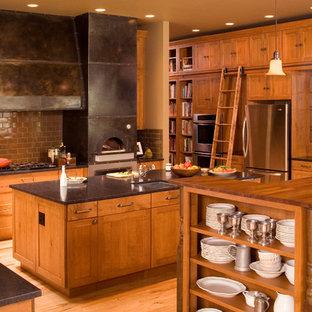 Immagine di una cucina design con paraspruzzi con piastrelle diamantate