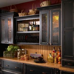 デトロイトの中サイズのラスティックスタイルのおしゃれなI型キッチン (シェーカースタイル扉のキャビネット、黒いキャビネット、木材カウンター) の写真