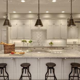 Foto di una cucina parallela classica con ante in stile shaker, ante bianche, paraspruzzi bianco, elettrodomestici da incasso, top in granito e top grigio