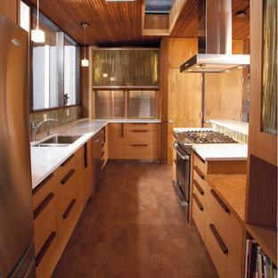 Inspiration för avskilda, stora retro parallellkök, med en undermonterad diskho, bänkskiva i kvarts, korkgolv, släta luckor, skåp i ljust trä, flerfärgad stänkskydd, stänkskydd i stickkakel, rostfria vitvaror och en halv köksö