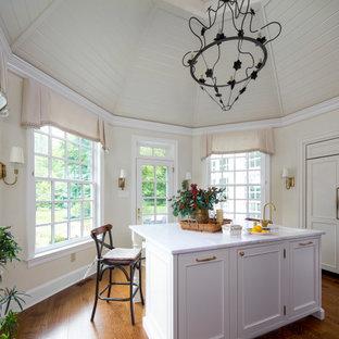 Свежая идея для дизайна: большая кухня в классическом стиле с обеденным столом, раковиной в стиле кантри, фасадами с декоративным кантом, синими фасадами, столешницей из кварцита, фартуком из кирпича, техникой из нержавеющей стали, темным паркетным полом, двумя и более островами, коричневым полом, разноцветной столешницей и деревянным потолком - отличное фото интерьера