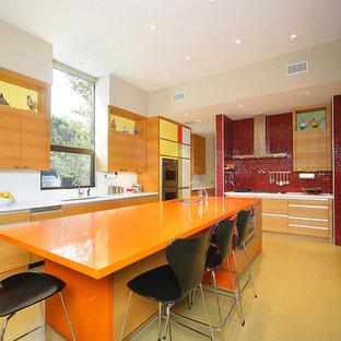 Foto di una cucina minimal con elettrodomestici in acciaio inossidabile e top arancione