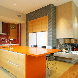 Неиссякаемый источник вдохновения для домашнего уюта: кухня в современном стиле с красным фартуком и оранжевой столешницей