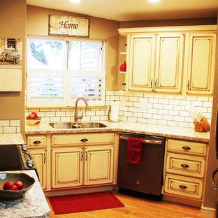 Diseño de cocina en L, mediterránea, pequeña, cerrada, con fregadero bajoencimera, armarios con paneles con relieve, puertas de armario beige, encimera de laminado, salpicadero blanco y salpicadero de azulejos tipo metro