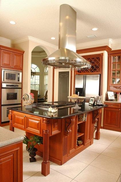 Traditional Kitchen by Woodmaster Kitchen & Bath Inc.