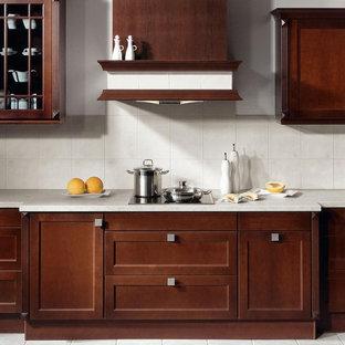 Immagine di una cucina minimal con ante in stile shaker, ante in legno bruno, top in onice, paraspruzzi bianco, paraspruzzi con piastrelle in pietra e pavimento con piastrelle in ceramica