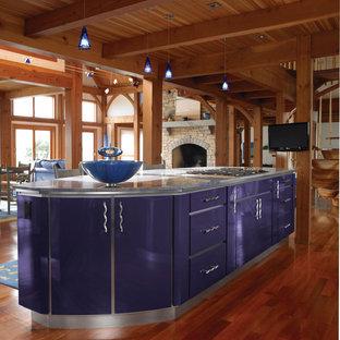 ボストンの広いエクレクティックスタイルのおしゃれなキッチン (アンダーカウンターシンク、フラットパネル扉のキャビネット、青いキャビネット、大理石カウンター、青いキッチンパネル、ガラスタイルのキッチンパネル、シルバーの調理設備、無垢フローリング) の写真