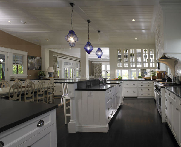 Traditional Kitchen by Woodmeister Master Builders