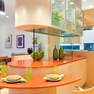 Offene, Große Moderne Küche in U-Form mit Unterbauwaschbecken, flächenbündigen Schrankfronten, hellen Holzschränken, Quarzwerkstein-Arbeitsplatte, bunter Rückwand, Glasrückwand, Küchengeräten aus Edelstahl, hellem Holzboden und Kücheninsel in Dallas