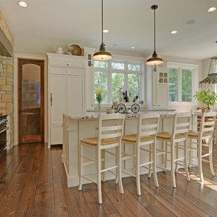 Klassische Wohnküche mit weißen Schränken, Küchenrückwand in Beige und Elektrogeräten mit Frontblende in Minneapolis