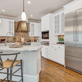Einzeilige, Mittelgroße Klassische Wohnküche mit Landhausspüle, offenen Schränken, weißen Schränken, Marmor-Arbeitsplatte, Küchenrückwand in Beige, Kalk-Rückwand, Küchengeräten aus Edelstahl, braunem Holzboden, Kücheninsel und buntem Boden in Atlanta
