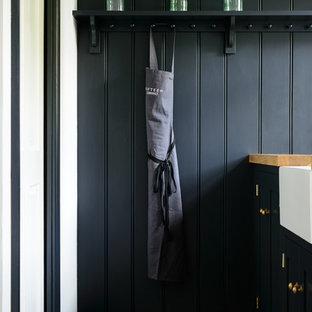 他の地域の小さいラスティックスタイルのおしゃれなキッチン (シェーカースタイル扉のキャビネット、青いキャビネット、トラバーチンの床、アイランドなし) の写真