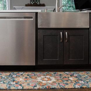 Idéer för ett mycket stort modernt gul kök, med en rustik diskho, skåp i shakerstil, vita skåp, bänkskiva i kvarts, vitt stänkskydd, stänkskydd i keramik, rostfria vitvaror, mellanmörkt trägolv, en köksö och brunt golv