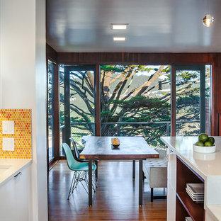 サンフランシスコのミッドセンチュリースタイルのおしゃれなダイニングキッチン (シングルシンク、オレンジのキッチンパネル、モザイクタイルのキッチンパネル) の写真