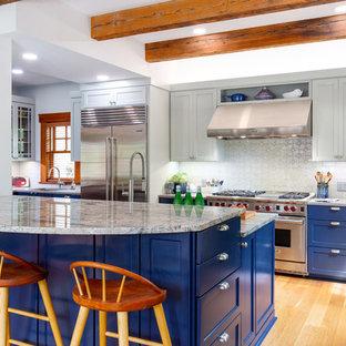 Ispirazione per una cucina parallela american style di medie dimensioni con lavello stile country, ante in stile shaker, ante blu, top in granito, paraspruzzi bianco, paraspruzzi con piastrelle a mosaico, elettrodomestici in acciaio inossidabile, pavimento in legno massello medio, top grigio, penisola e pavimento marrone