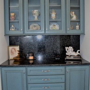 Immagine di una piccola cucina lineare classica chiusa con ante con riquadro incassato, ante turchesi, top in quarzo composito, paraspruzzi nero, paraspruzzi in lastra di pietra e nessuna isola