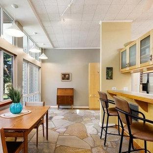 ボイシの中サイズのミッドセンチュリースタイルのおしゃれなキッチン (ドロップインシンク、フラットパネル扉のキャビネット、タイルカウンター、緑のキッチンパネル、セラミックタイルのキッチンパネル、シルバーの調理設備の、トラバーチンの床、マルチカラーの床、緑のキッチンカウンター) の写真