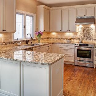 シャーロットの小さいトラディショナルスタイルのおしゃれなキッチン (シングルシンク、フラットパネル扉のキャビネット、白いキャビネット、御影石カウンター、ベージュキッチンパネル、石タイルのキッチンパネル、シルバーの調理設備の、無垢フローリング) の写真