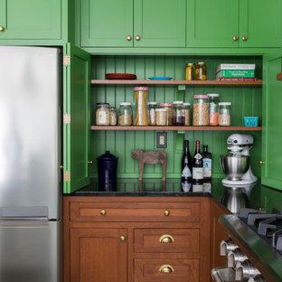 Пример оригинального дизайна: угловая кухня среднего размера в стиле фьюжн с обеденным столом, врезной раковиной, фасадами в стиле шейкер, зелеными фасадами, столешницей из гранита, белым фартуком, фартуком из керамической плитки, техникой из нержавеющей стали, полом из сланца, островом, зеленым полом и черной столешницей