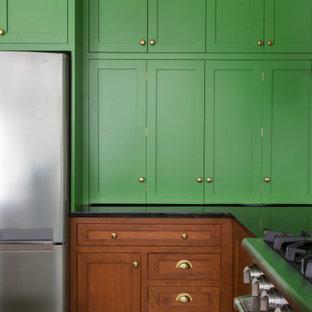 フィラデルフィアの中サイズのエクレクティックスタイルのおしゃれなキッチン (アンダーカウンターシンク、シェーカースタイル扉のキャビネット、緑のキャビネット、御影石カウンター、白いキッチンパネル、セラミックタイルのキッチンパネル、シルバーの調理設備の、スレートの床、緑の床、黒いキッチンカウンター) の写真