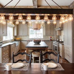 Idéer för att renovera ett stort rustikt kök, med en rustik diskho, grå skåp, bänkskiva i kvartsit, flerfärgad stänkskydd, stänkskydd i terrakottakakel, rostfria vitvaror och mellanmörkt trägolv