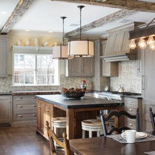 フィラデルフィアの大きいラスティックスタイルのおしゃれなキッチン (エプロンフロントシンク、グレーのキャビネット、珪岩カウンター、マルチカラーのキッチンパネル、テラコッタタイルのキッチンパネル、シルバーの調理設備の、無垢フローリング) の写真