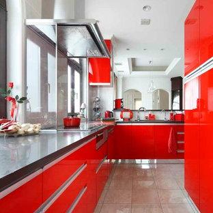 Moderne Küche in L-Form mit flächenbündigen Schrankfronten, roten Schränken, Glasrückwand und Marmorboden in Tokio