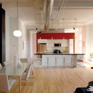 Ispirazione per una cucina minimalista con ante lisce, ante bianche, paraspruzzi bianco e elettrodomestici in acciaio inossidabile