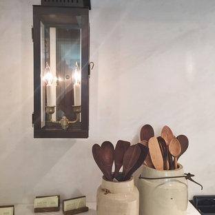 シャーロットのラスティックスタイルのおしゃれなキッチン (石スラブのキッチンパネル) の写真