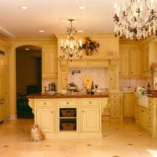 Traditional Kitchen by Kuche+Cucina