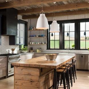 Bild på ett lantligt l-kök, med en rustik diskho, öppna hyllor, skåp i ljust trä, träbänkskiva, vitt stänkskydd, stänkskydd i tunnelbanekakel, färgglada vitvaror, ljust trägolv, en köksö och beiget golv