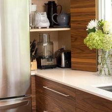 Modern Kitchen by Harvest House Craftsmen
