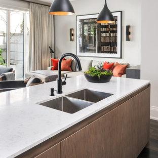 Moderne Küche mit Unterbauwaschbecken, flächenbündigen Schrankfronten, hellen Holzschränken, Quarzwerkstein-Arbeitsplatte, Küchenrückwand in Weiß, Rückwand aus Marmor, Küchengeräten aus Edelstahl, dunklem Holzboden, Kücheninsel und schwarzem Boden in Toronto