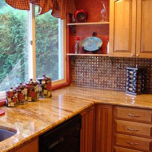 Mittelgroße Klassische Wohnküche ohne Insel in U-Form mit Einbauwaschbecken, profilierten Schrankfronten, beigen Schränken, Granit-Arbeitsplatte, bunter Rückwand, Rückwand aus Keramikfliesen, schwarzen Elektrogeräten und braunem Holzboden in New York