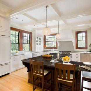 ボストンのヴィクトリアン調のおしゃれなキッチン (エプロンフロントシンク、落し込みパネル扉のキャビネット、白いキャビネット、シルバーの調理設備の、無垢フローリング) の写真
