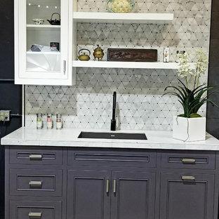 Modelo de cocina lineal, contemporánea, pequeña, abierta, sin isla, con armarios con rebordes decorativos, puertas de armario violetas, encimera de azulejos, salpicadero multicolor, salpicadero de mármol y encimeras amarillas
