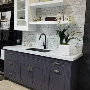 Idéer för små funkis linjära gult kök med öppen planlösning, med luckor med profilerade fronter, lila skåp, flerfärgad stänkskydd, stänkskydd i marmor och marmorbänkskiva