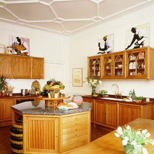 Inspiration för stora eklektiska kök, med luckor med infälld panel, skåp i mellenmörkt trä, en undermonterad diskho, träbänkskiva, integrerade vitvaror, mörkt trägolv och en köksö
