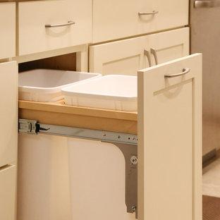 ミネアポリスの小さいトランジショナルスタイルのおしゃれなキッチン (一体型シンク、シェーカースタイル扉のキャビネット、白いキャビネット、ベージュキッチンパネル、ガラスタイルのキッチンパネル、シルバーの調理設備の、クッションフロア、アイランドなし) の写真