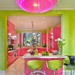 На фото: отдельная, п-образная кухня среднего размера в стиле фьюжн с врезной раковиной, плоскими фасадами, фиолетовыми фасадами, столешницей из кварцевого агломерата, зеленым фартуком, фартуком из плитки мозаики, техникой под мебельный фасад, полом из керамической плитки, островом и бежевым полом с