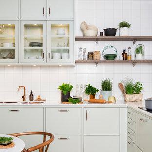 Idéer för mellanstora nordiska kök, med en dubbel diskho, släta luckor, gröna skåp, vitt stänkskydd, ljust trägolv, marmorbänkskiva och stänkskydd i keramik