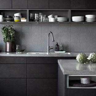 Inspiration för mellanstora moderna kök, med en nedsänkt diskho, släta luckor, skåp i mörkt trä, svart stänkskydd, rostfria vitvaror, en köksö och granitbänkskiva