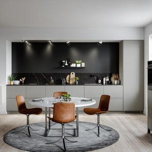 Inspiration för stora moderna linjära kök och matrum, med en enkel diskho, släta luckor och ljust trägolv