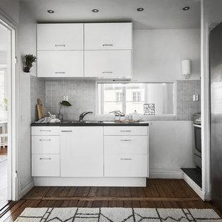 Idéer för att renovera ett avskilt skandinaviskt kök, med släta luckor, vita skåp, rostfria vitvaror och mörkt trägolv