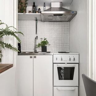 Idee per una piccola cucina lineare nordica chiusa con lavello da incasso, ante lisce, ante bianche e paraspruzzi bianco