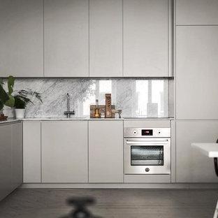 Bild på ett mellanstort nordiskt kök, med släta luckor, grå skåp, marmorbänkskiva, vitt stänkskydd, stänkskydd i marmor, integrerade vitvaror, ljust trägolv och beiget golv